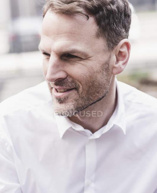 Портрет уверенного бизнесмена — стоковое фото