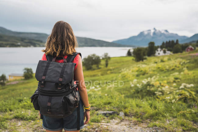 Back view of woman with a backpack traveling Norwegian Lapland — Stock Photo