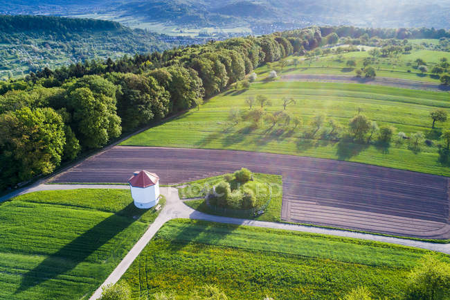 Germania, Baden-Wuerttemberg, Rems-Murr-Kreis, Foresta sveva della Franconia, Wieslauf Valley, Veduta aerea della torre d'acqua — Foto stock