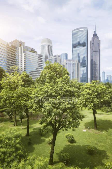 Cina, Guangzhou, paesaggio urbano e parco cittadino — Foto stock