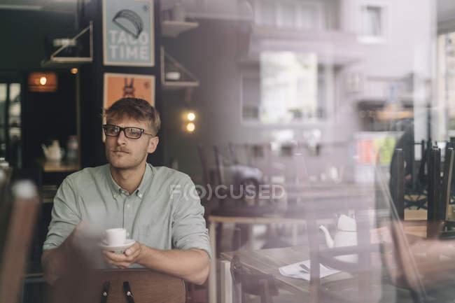 Молодий власник бізнесу сидячи в кафе, пити каву — стокове фото