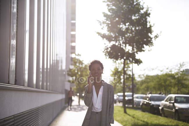Portrait de femme d'affaires détendue au téléphone en plein air — Photo de stock