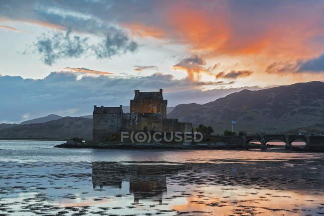 Royaume-Uni, Écosse, Dornie, Loch Duich, Eilean Donan Castle au coucher du soleil — Photo de stock