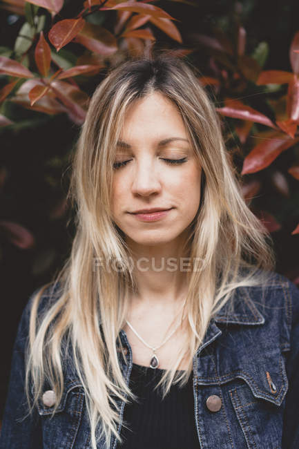 Ritratto di giovane donna con gli occhi chiusi — Foto stock