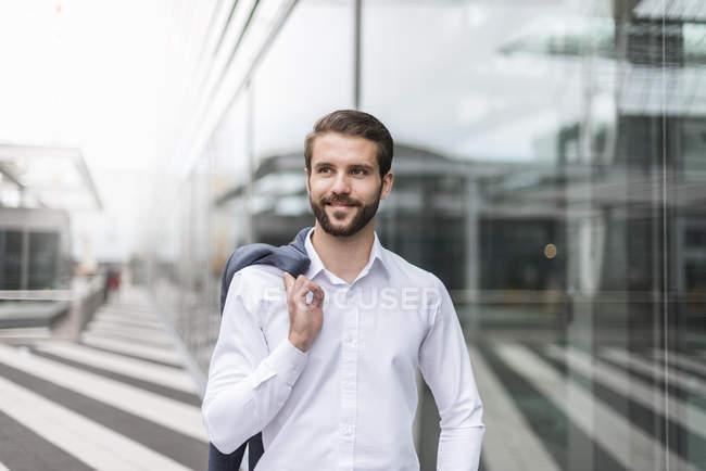 Портрет усміхнений молодий бізнесмен в скляному фасаді — стокове фото