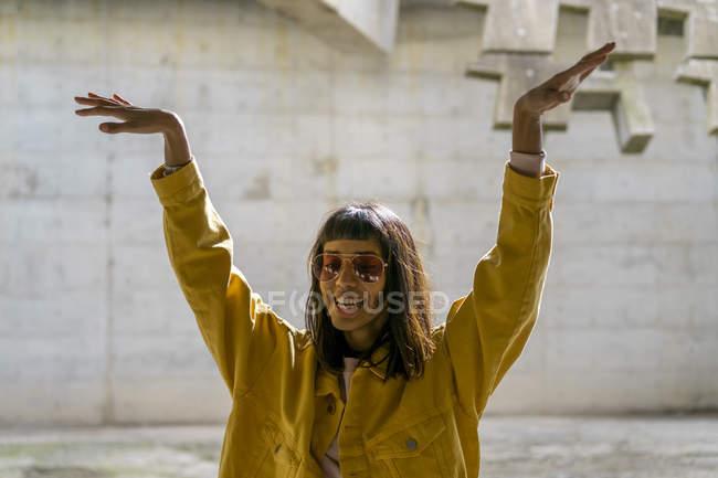 Молодая женщина поет, поднимает руки — стоковое фото