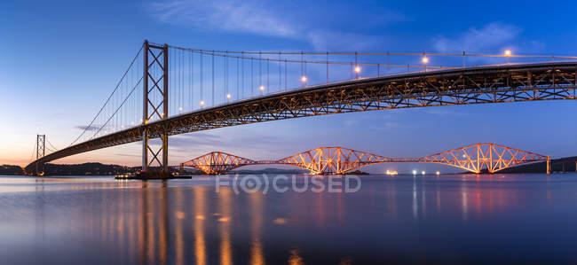 UK, Scotland, Fife, Edinburgh, Firth of Forth estuary, Forth Bridge and Forth Road Bridge at sunset — Fotografia de Stock