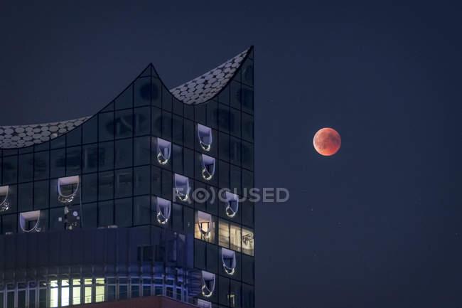 Німеччина, Гамбург, місяць з офісними будівельними — стокове фото