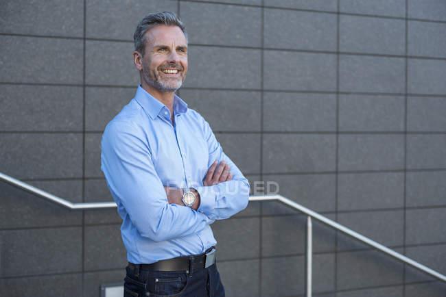 Портрет бизнесмена в светло-голубой рубашке — стоковое фото