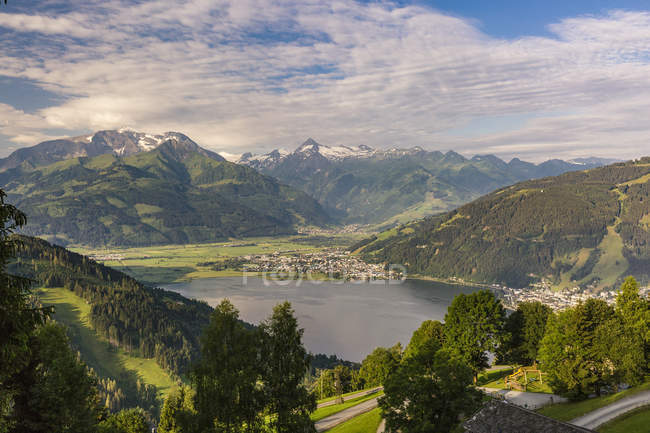 Austria, Salzburg State, Zell am See, View of Zell lake with Kitzsteinhorn in the background - foto de stock