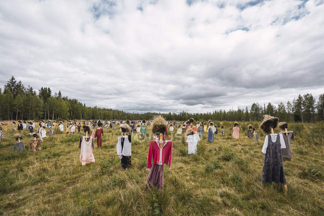 Finland,  Suomussalmi, The Silent People, art project with crowd of scare crows — Stock Photo