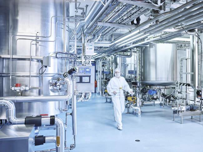 Chimiste dans une usine chimique — Photo de stock