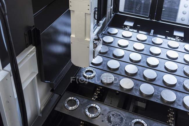 Крупним планом машини в заводському магазині статі — стокове фото