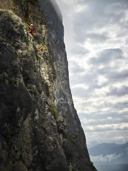 Österreich, Tirol, zwei Bergsteiger im Martinswand — Stockfoto