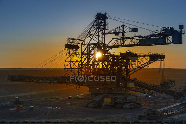 Germany, North Rhine-Westphalia, Juechen, Garzweiler surface mine, Stacker at sunset — Stock Photo