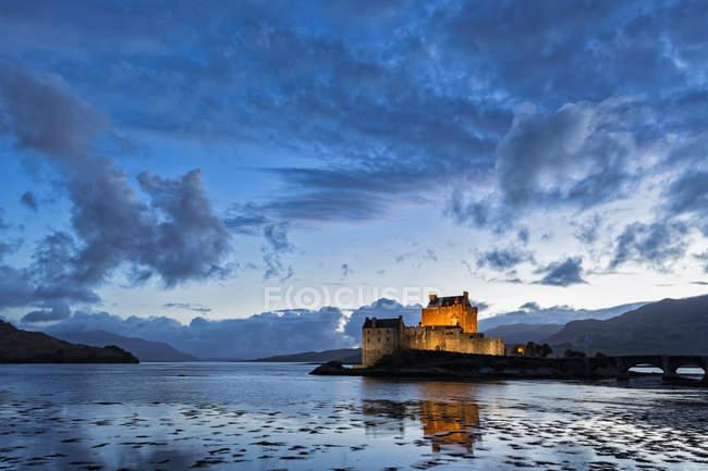 Royaume-Uni, Ecosse, Dornie, Loch Duich, Château d'Eilean Donan au coucher du soleil — Photo de stock