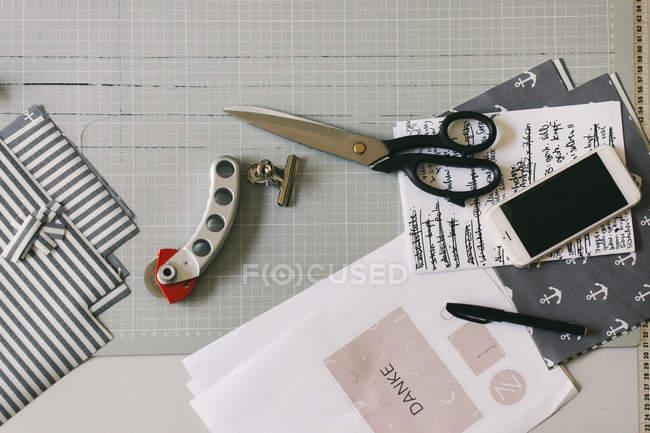 Дизайнер моды на столе — стоковое фото
