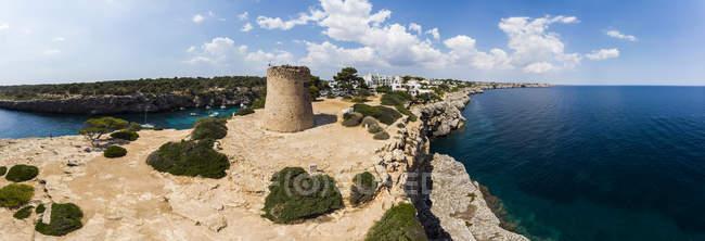 Spagna, Isole Baleari, Maiorca, Llucmajor, Veduta aerea della baia di Cala Pi e Torre de Cala Pi — Foto stock