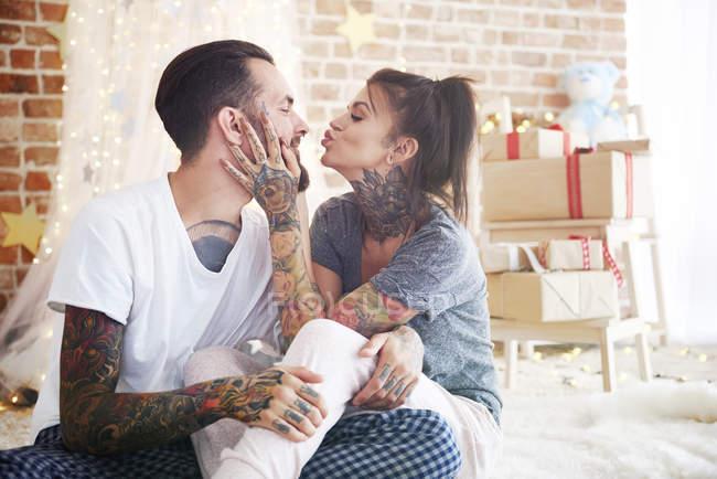 Feliz jovem casal em casa na época do Natal — Fotografia de Stock