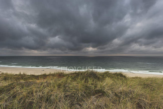 Germany, Schleswig-Holstein, Sylt, Wenningstedt, rain clouds over the beach — Stockfoto