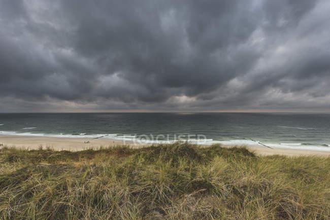 Germany, Schleswig-Holstein, Sylt, Wenningstedt, rain clouds over the beach — Fotografia de Stock