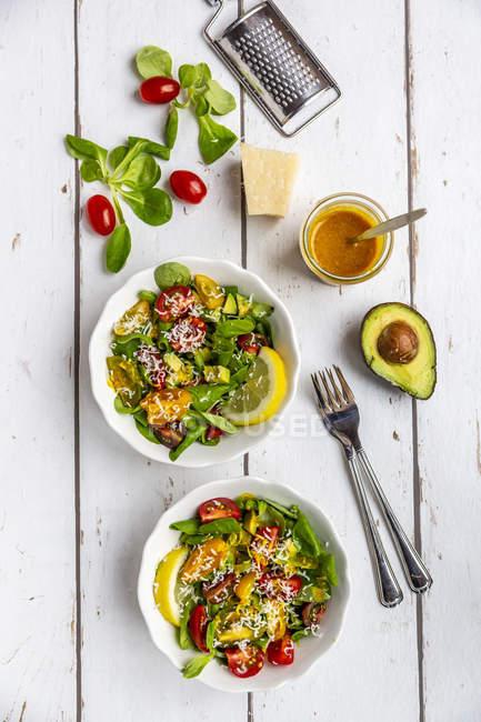 Салат з баранини з барвистим помідорами, авокадо, Пармезан та лимонним соусом — стокове фото