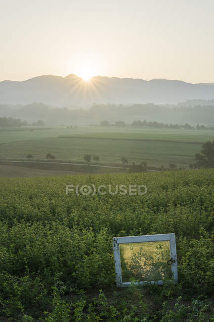 Italie, Toscane, Borgo San Lorenzo, lever de soleil au-dessus du paysage rural avec cadre de fenêtre dans le champ — Photo de stock