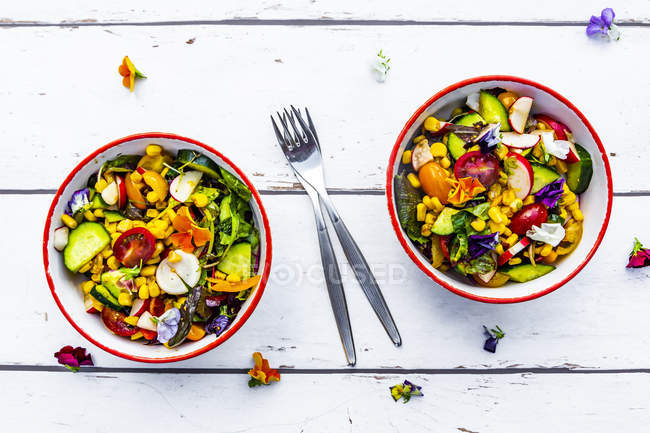 Due ciotole di insalata mista con fiori commestibili — Foto stock