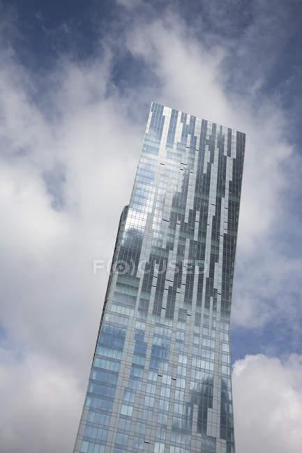 Polonia, Varsavia, parte della facciata in vetro della moderna torre degli appartamenti — Foto stock