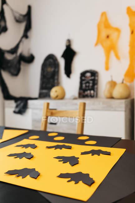 Décoration artisanale de l'Halloween, table avec battes de papier — Photo de stock