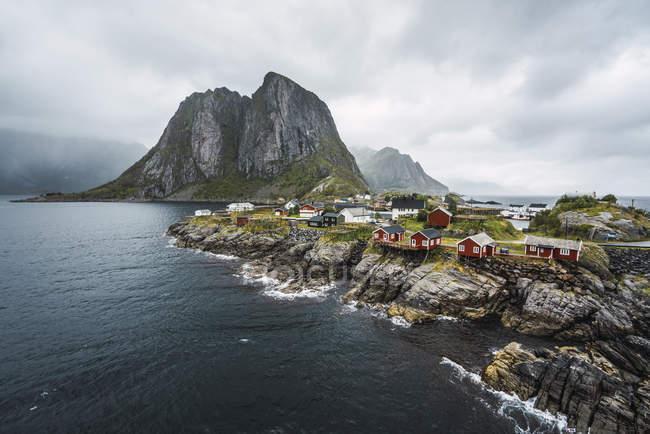Norvegia, Lofoten, case isolate sulla costa rocciosa — Foto stock