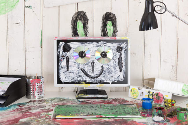 Büro mit bunter Fingerfarbe bemalt — Stockfoto