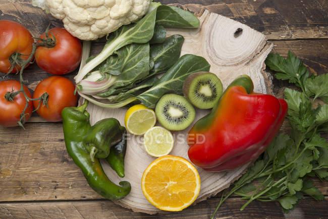 Vari tipi di frutta e verdura con vitamina C su legno — Foto stock