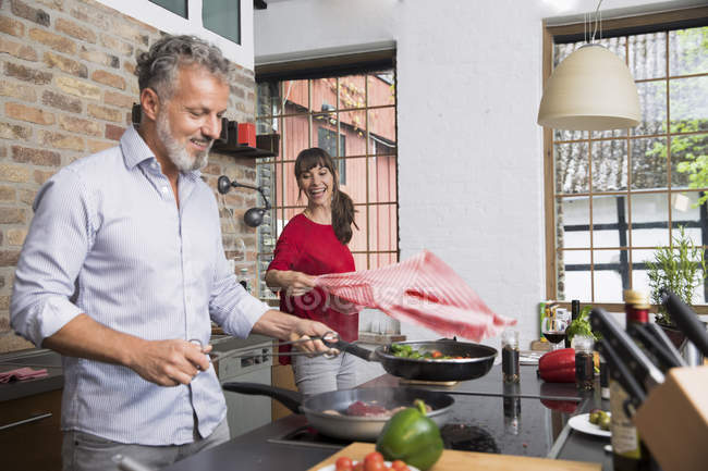Couple in kitchen, preparing food toghether — Stock Photo