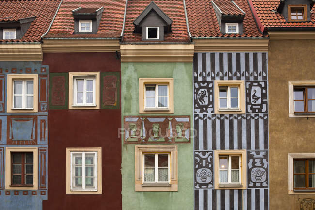 Poland, Poznan, row of colourful houses in the old town, partial view — стокове фото