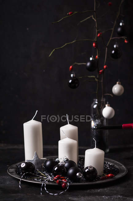 Advent decoration with white candles and black baubles — Stock Photo