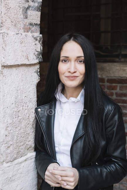 Портрет улыбающейся девушки в кожаной куртке — стоковое фото