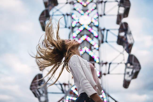Cabelo longo loira jovem mulher tremendo cabeça, cabelo em movimento — Fotografia de Stock