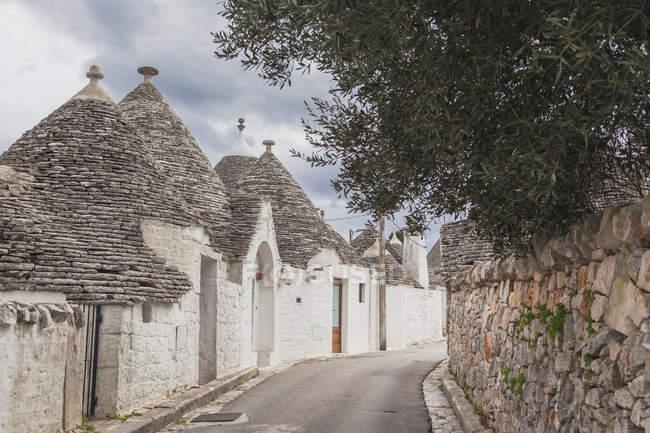 Италия, Апулия, Альберобелло, вид на Мбаппе с типичным Трулли — стоковое фото