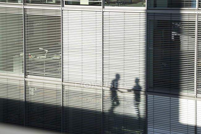 Ombra di due uomini d'affari su un sunblind di costruzione — Foto stock
