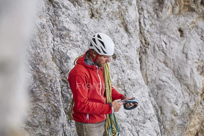 Людина з мотузкою і альпіністським обладнанням — стокове фото