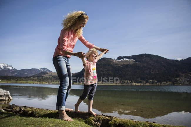 Österreich, Tirol, Walchsee, glückliche Mutter und Tochter am See — Stockfoto