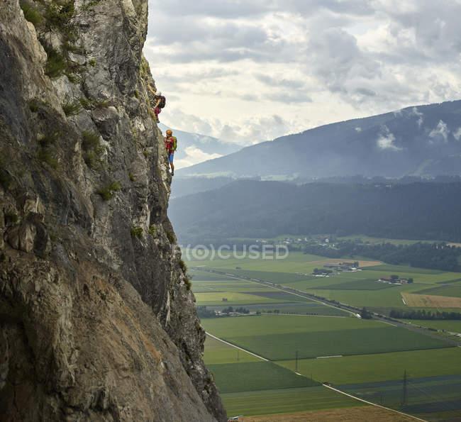 Австрія, Тіроль, два скелелази в Мартінсванді. — стокове фото