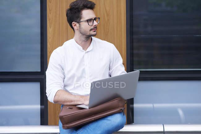 Geschäftsmann nutzt Laptop im Freien — Stockfoto