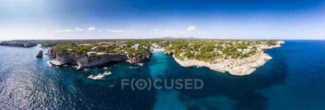 Spagna, Isole Baleari, Maiorca, Veduta aerea della baia Cala Santanyi, spiaggia e Roca Fesa — Foto stock