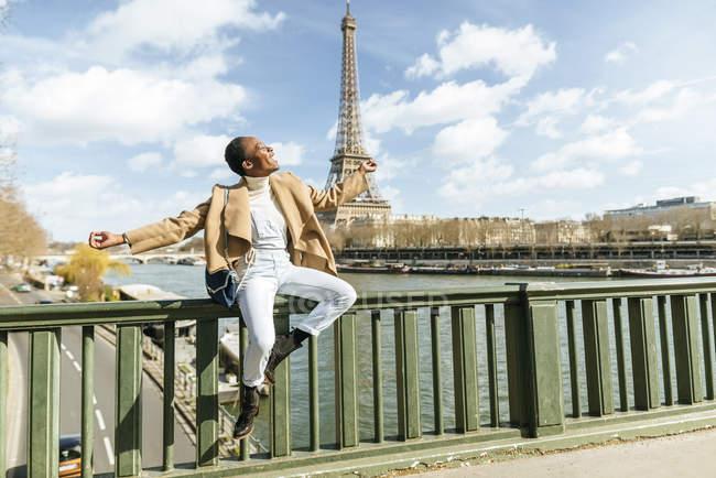 Франция, Париж, женщина смеется перед рекой Сена и Эйфелевой башней — стоковое фото