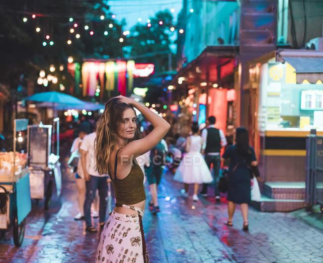 Tailândia, Bangkok, jovem mulher na cidade na rua à noite — Fotografia de Stock