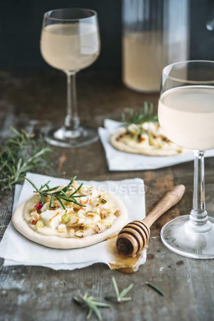 Тарте Фламби с яблоком, козьим сыром, весенним луком, романом и грецкими орехами и Федервайссером — стоковое фото