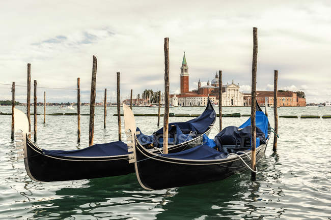 Itália, Veneza, gôndolas em frente a San Giorgio Maggiore — Fotografia de Stock