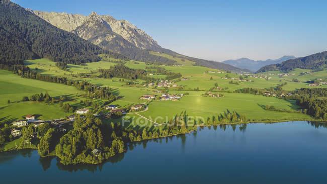 Austria, Tirol, Kaiserwinkl, Vista aérea del lago Walchsee - foto de stock